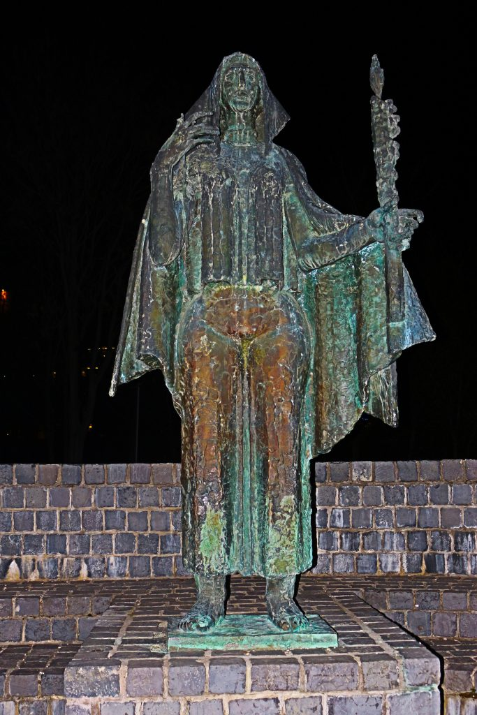 Dieses Bild hat ein leeres Alt-Attribut. Der Dateiname ist saphenion-Budapest1-683x1024.jpg